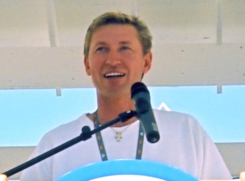 800px-Gretzky_aug2001_closeup